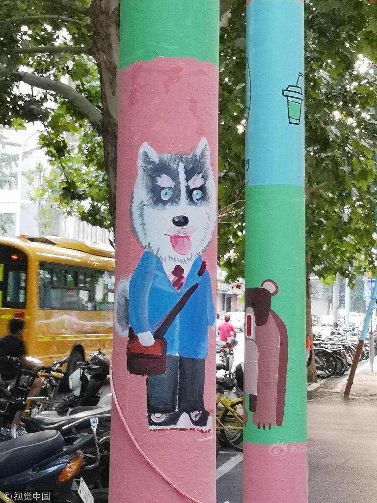 """动物""""爬上""""电线杆 卡通画扮靓街道风景"""