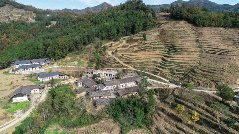 在新疆喀什巴楚县,依托上海持续多年的医疗援疆项目,贫困户依明