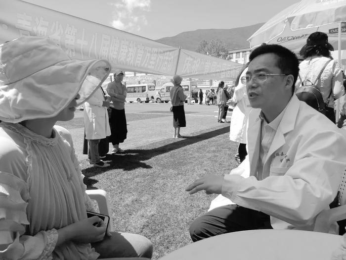 资料照片 你们一般采用什么样的健康教育工作形式?义诊、宣传、随访、入户等当地老百姓最喜欢的方式是什么?入户宣传是否接受过正规的健康教育培训?没有,希望有这样的机会 一连串的提问与互动,引起听众的积极思考与主动参与,这是2018年健康中国行暨青海省第十八届健康教育万里行走进果洛,在班玛县疾病预防控制中心开展的一场专业人员健康教育技能培训现场。 7月17日至19日,在首届中国医师节来临之际,以提升居民健康素养水平、力推健康扶贫攻坚行动为主题的2018年健康中国行暨青