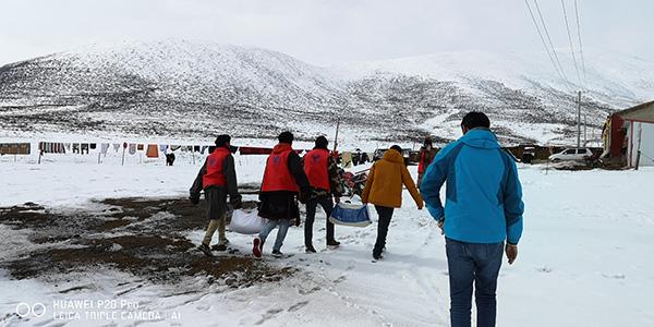 甘德县志愿者为牧民群众送去生活物资。  风雪中,处处有志愿者的身影。 风雪中,我愿意为你开路清雪;风雪中,我愿意为你送去温暖;风雪中,我愿意为你分享苦难春节前后,果洛藏族自治州连续的降雪造成了玛多县、达日县、甘德县、玛沁县4个县24个乡镇不同程度的雪灾。灾情发生后,果洛州年轻的志愿者从四面八方参与到了抗击雪灾的一线,与牧民群众一道积极主动开展生产自救,用实际行动为牧民群众送去帮助和温暖。