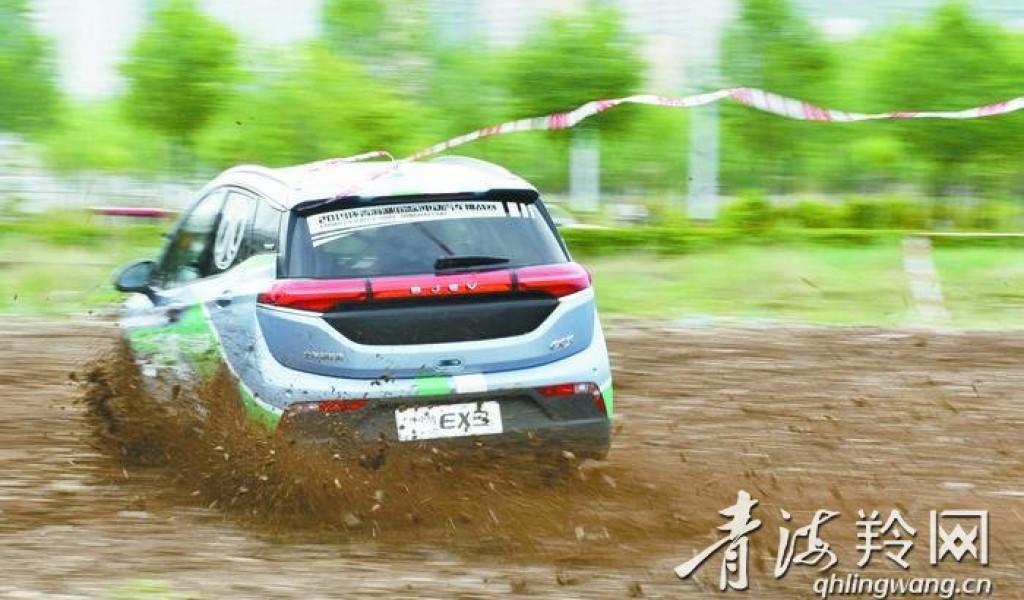 纯电动汽车在旷野砂石中驰骋