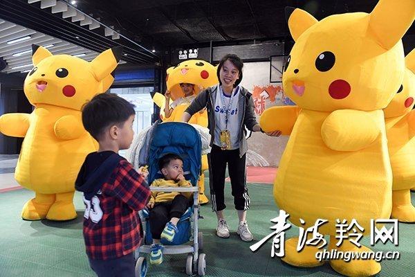 西宁市商业圈推出皮卡丘卡通人偶吸引游客
