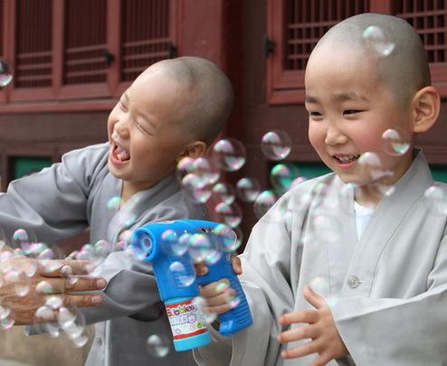 韩国小和尚欢庆当地儿童节
