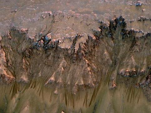 青羚网-nasa在火星上拍到液态水痕迹