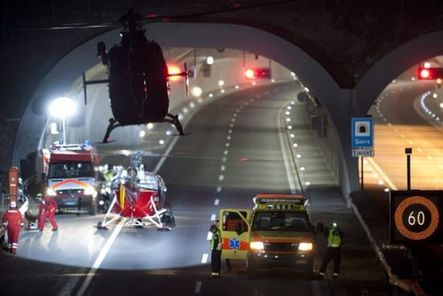 迎面撞上隧道内紧急停车位内墙.