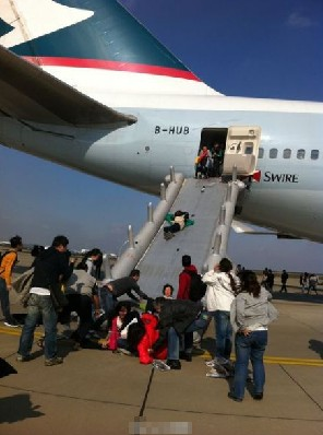 青羚网-上海浦东机场一架客机起飞时冒烟