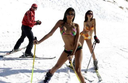 美女穿比基尼滑雪挑战极限