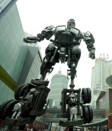 青羚网-10米关公变形金刚机器人雕塑亮相