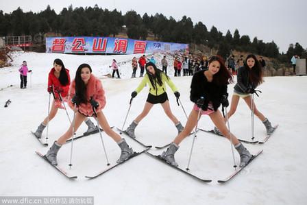 青羚网 世界无裤日徐州众美女穿内裤滑雪