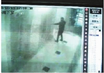 青羚网 男子电梯内冲10岁女童身上撒尿