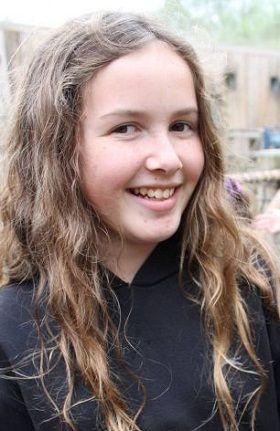 青羚网-英国11岁女孩拍到狐狸偷鸡照片
