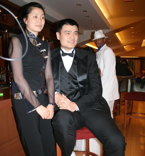 青羚网-姚明携妻子叶莉出席火箭慈善夜