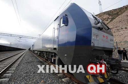 6月23日,回族司机马凯宇在和谐型电力机车驾驶室内操作控制