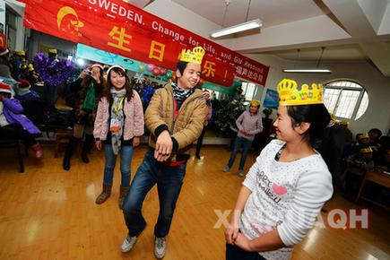 12月22日,西宁聋哑学校,聋哑儿童与义工们一起玩游戏.-青海义工图片