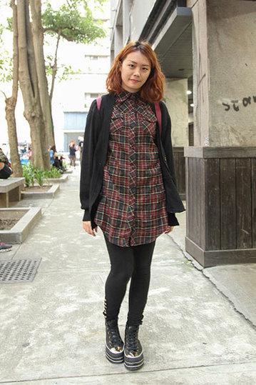 台北春季街拍 方格称霸 丝袜和围巾齐飞图片