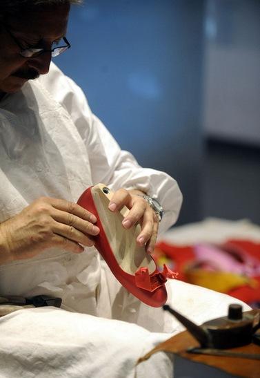 意大利鞋匠现场展示手工制作皮鞋